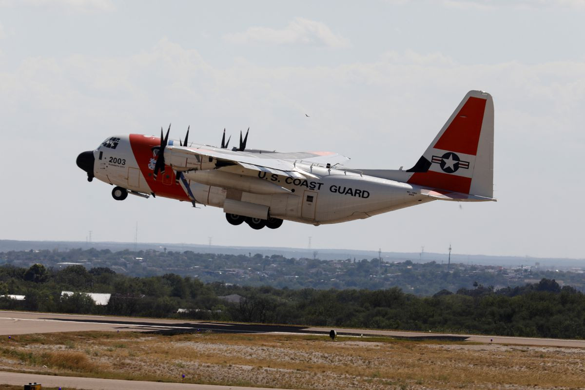 Migrants flown out of Texas border city after thousands cross Rio Grande