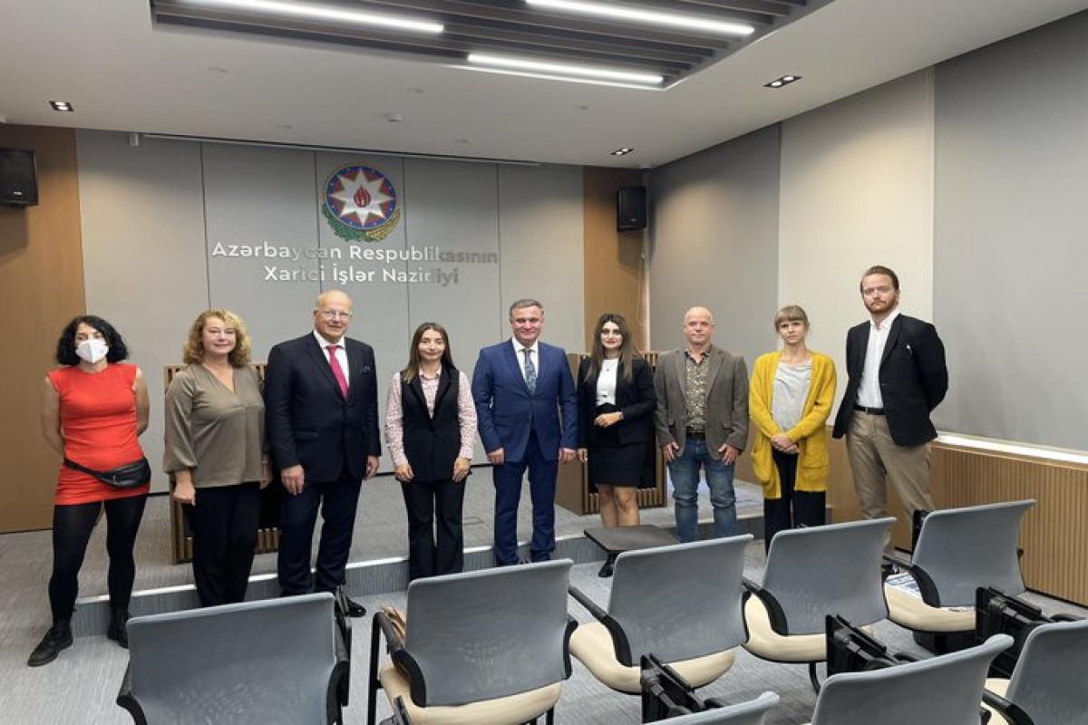Начальник Управления пресс-службы МИД Азербайджана встретилась с иностранными журналистами