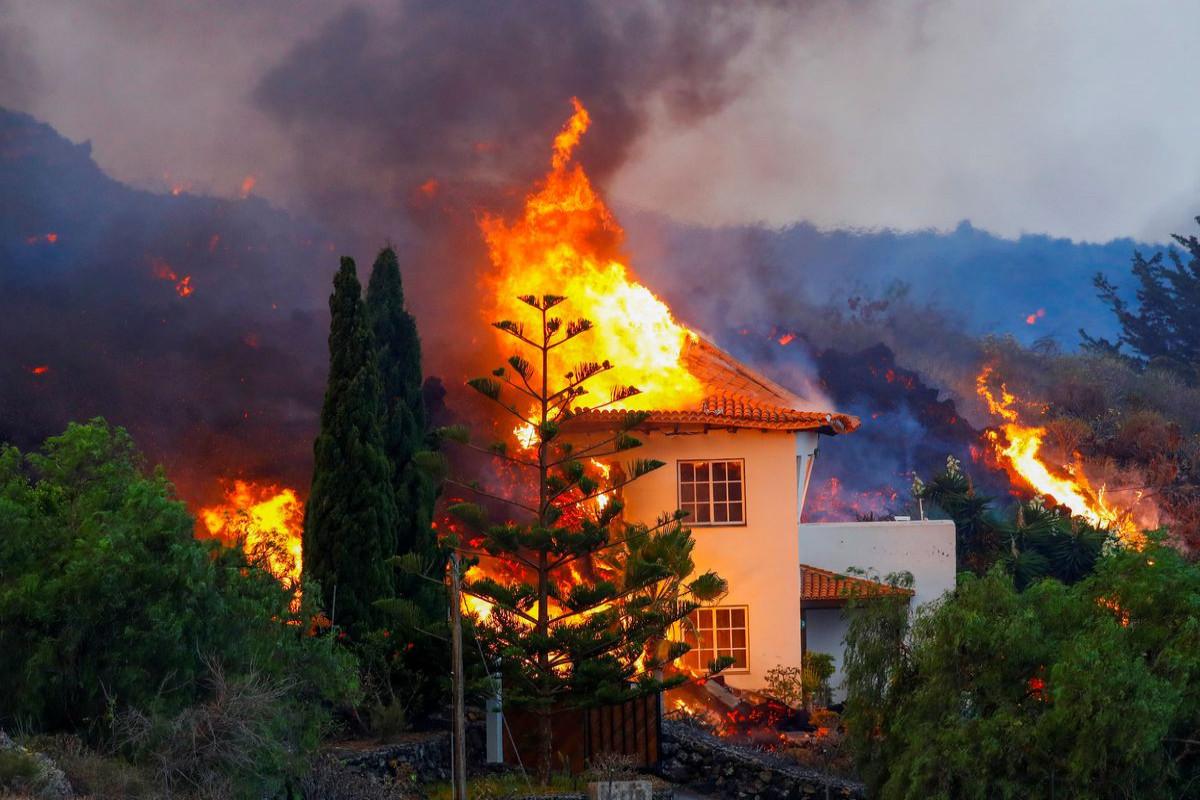 Thousands flee Canaries volcano as lava streams destroy homes