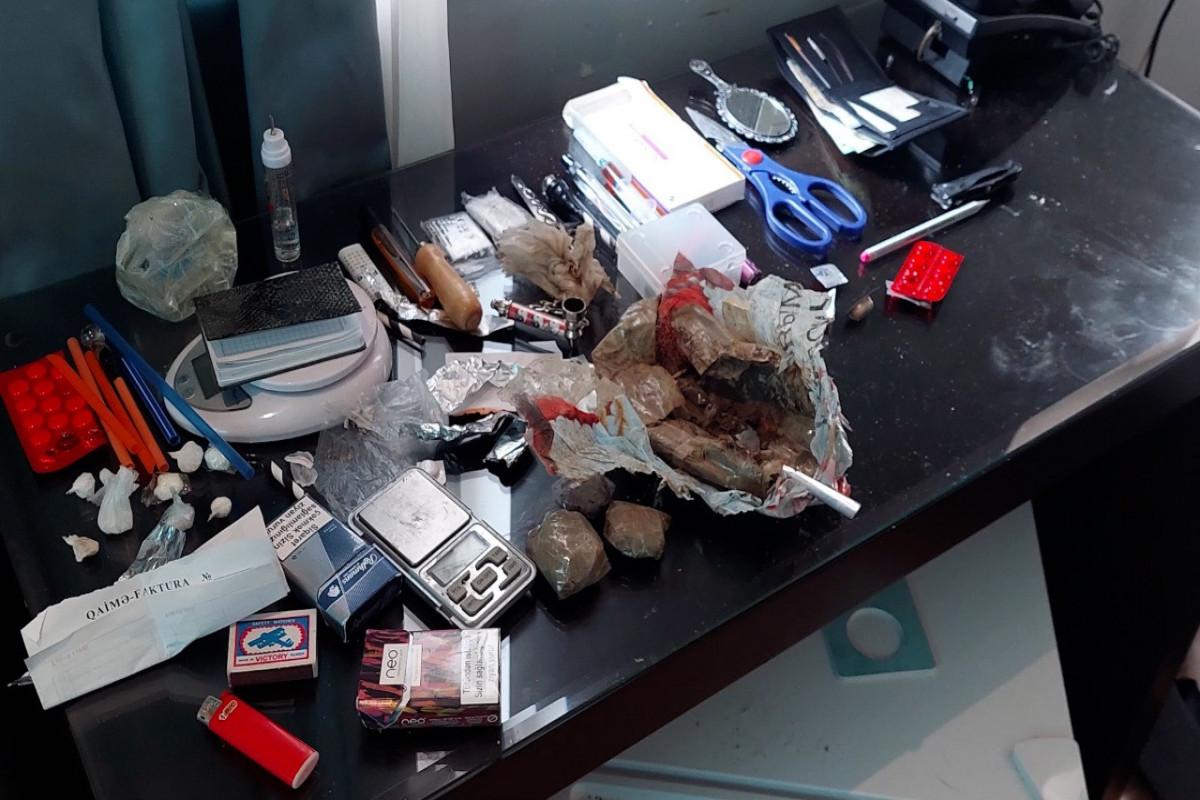 Sosial şəbəkələrdə onlayn narkotik satan dəstə üzvləri tutulub