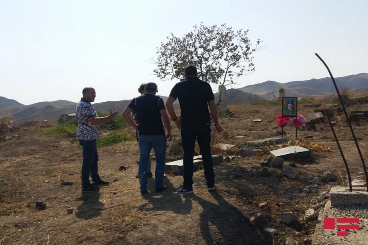 """Грузинские журналисты посетили пострадавшее от армянского вандализма городское кладбище Джабраила-<span class=""""red_color"""">ФОТО"""