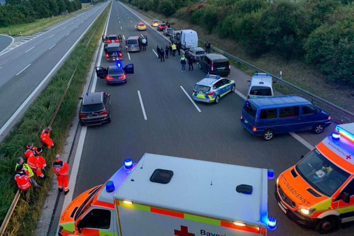 Almaniyada silahlı şəxs avtobusda üç turisti girov götürüb