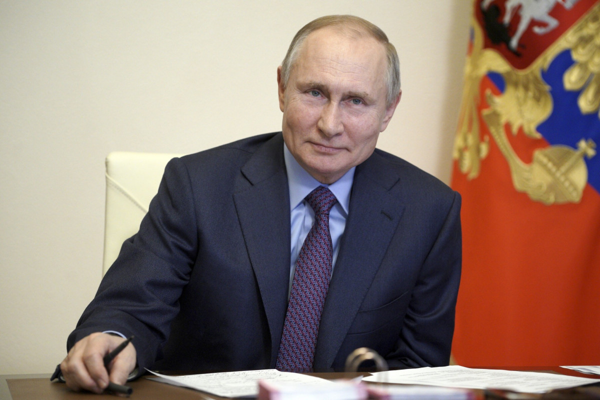 Russian President awards Order of Courage to police officer for disarming university gunman