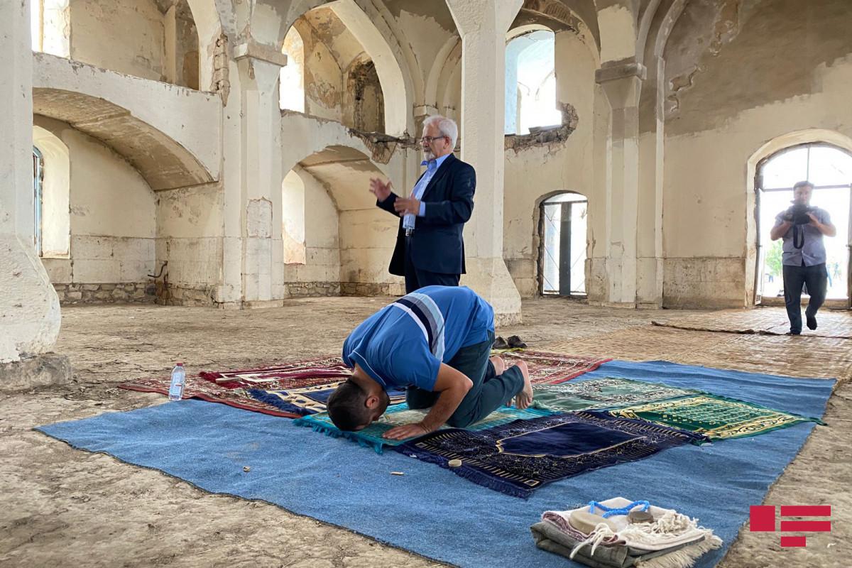 Iran's Deputy FM performs prayer in Aghdam's Juma Mosque-PHOTO