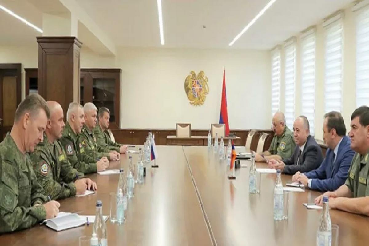 Rusiyanın Qarabağdakı sülhməramlılarının yeni komandanı Ermənistan müdafiə naziri ilə görüşüb