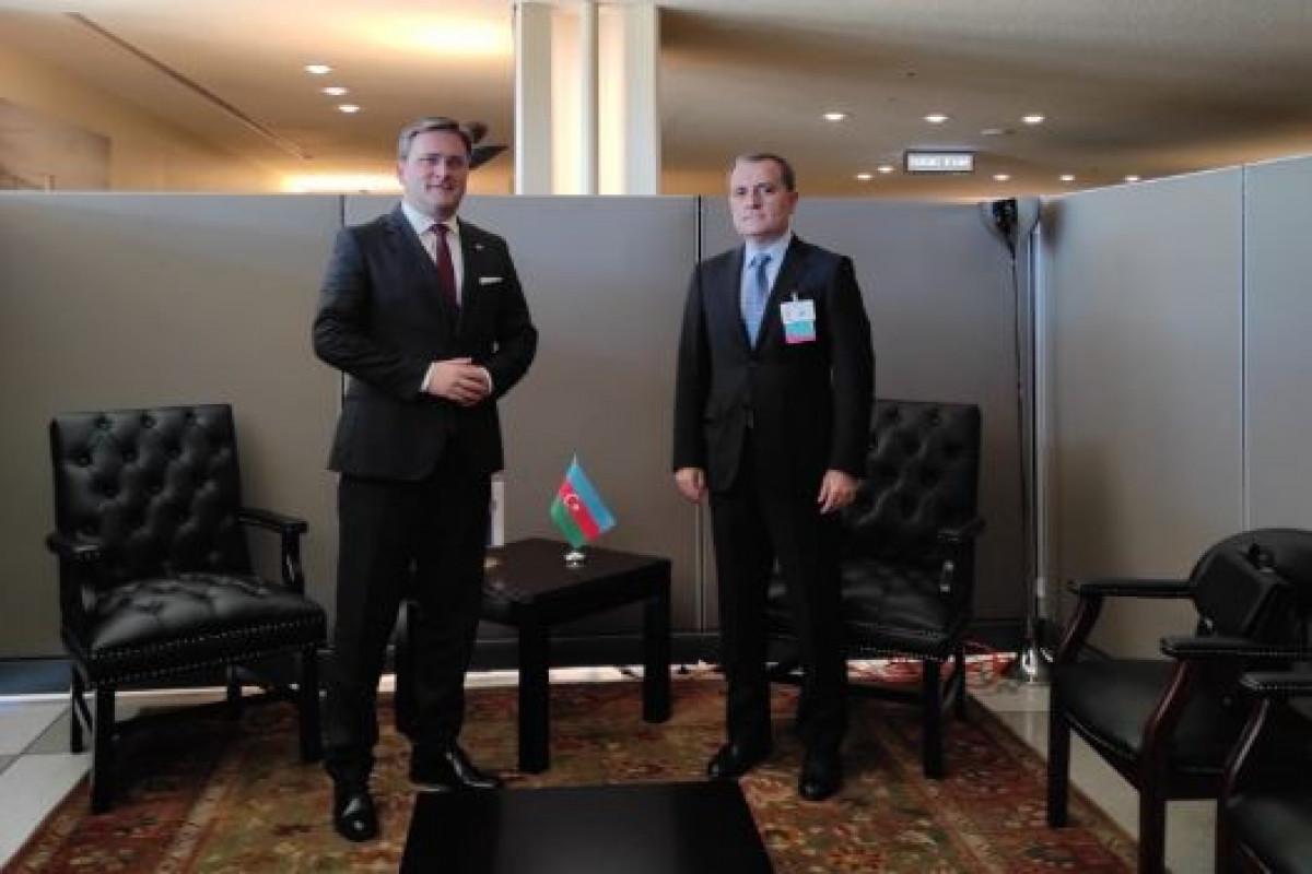 Глава МИД Азербайджана провел с сербским коллегой обмен мнениями по международным и региональным вопросам