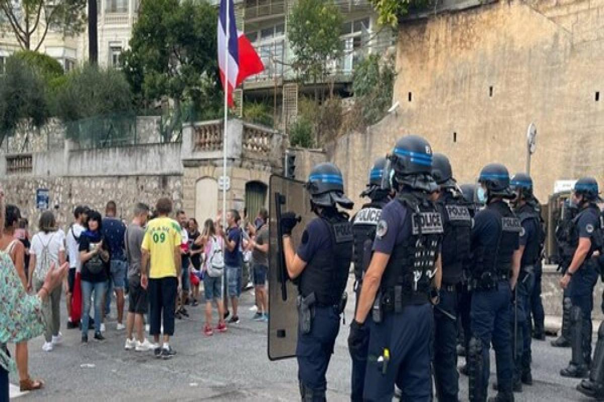 Fransa polisi sanitar buraxılış qaydalarına qarşı keçirilən aksiyada gözyaşardıcı qazdan istifadə edib