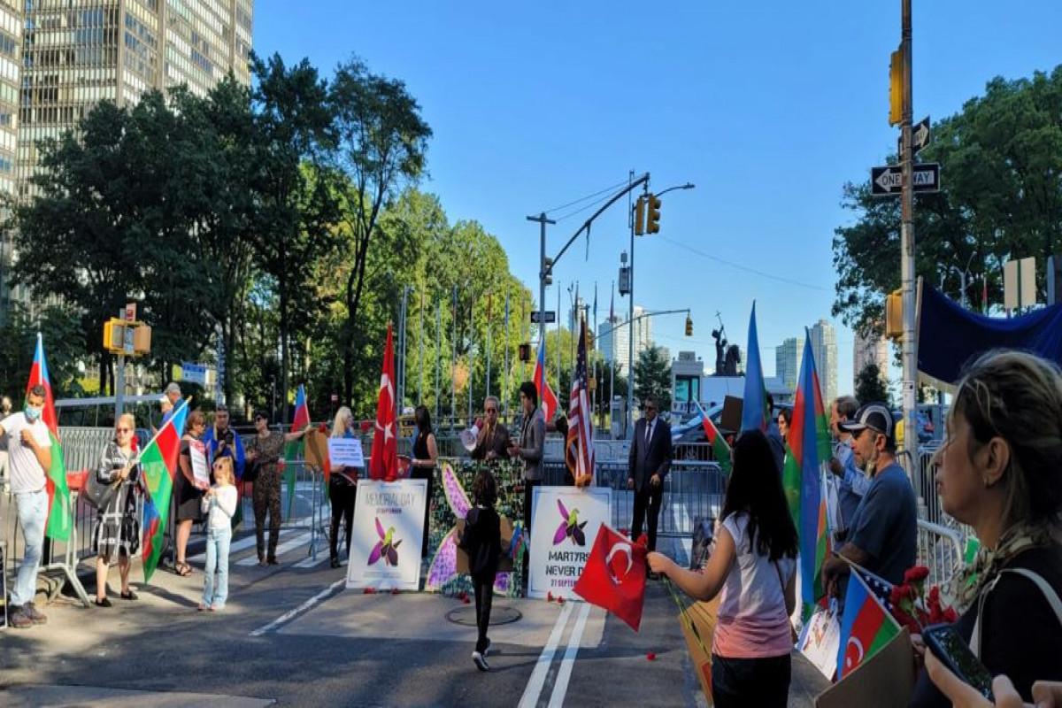 """Азербайджанская диаспора провела перед штаб-квартирой ООН акцию, посвященную Дню памяти-<span class=""""red_color"""">ФОТО"""