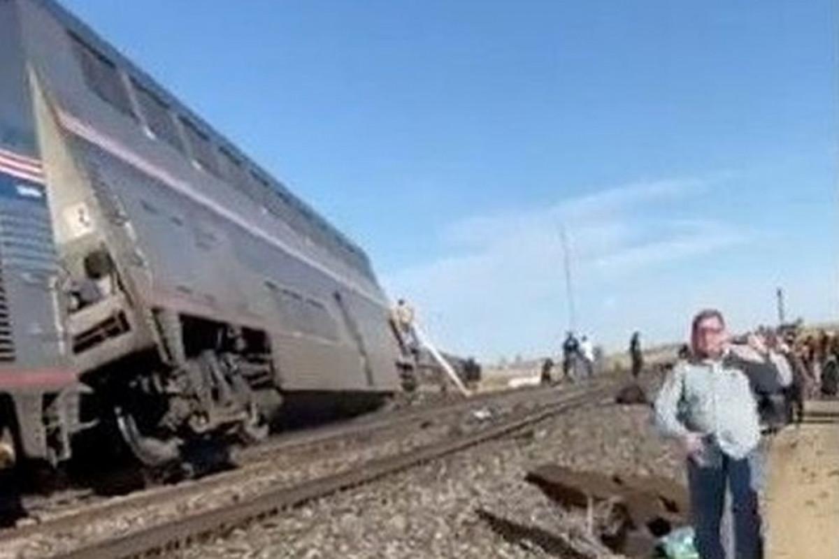 В США при сходе пассажирского поезда с рельсов погибли три человека, более 50 пострадали