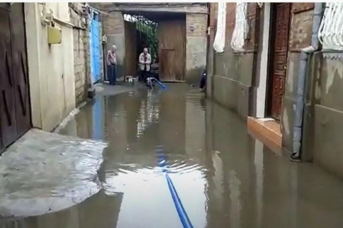 В Баку в некоторых местах дождевые воды затопили дома