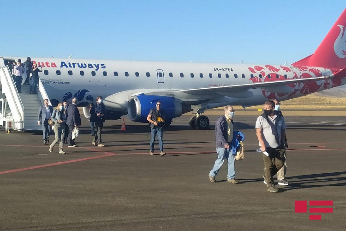 """Группа международных путешественников впервые посетила Карабах, вылетев пробным коммерческим рейсом в Физули-<span class=""""red_color"""">ФОТО"""