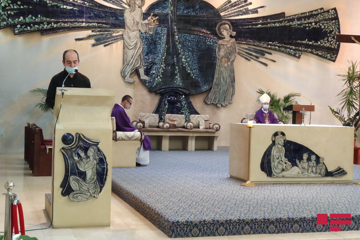 """В церкви Пресвятой Девы Марии прошел молебен в память шехидов-<span class=""""red_color"""">ФОТО"""