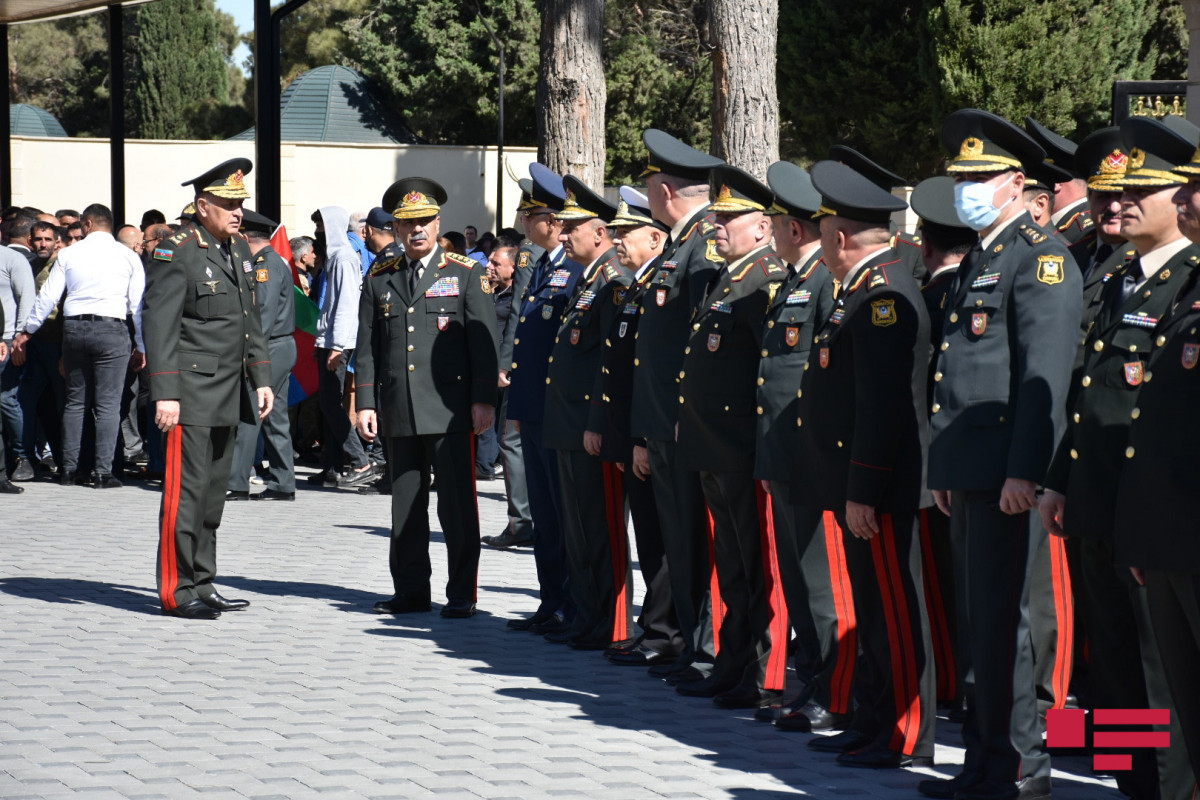 Azerbaijani Defense minister visited II Alley of Honor-PHOTO