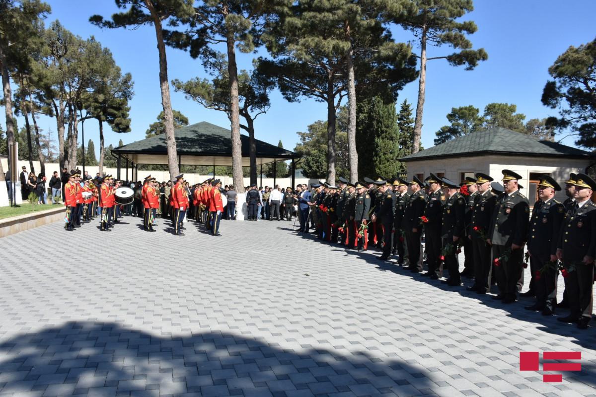 На II Аллее почетного захоронения память шехидов почтили минутой молчания, был произведен залповый огонь