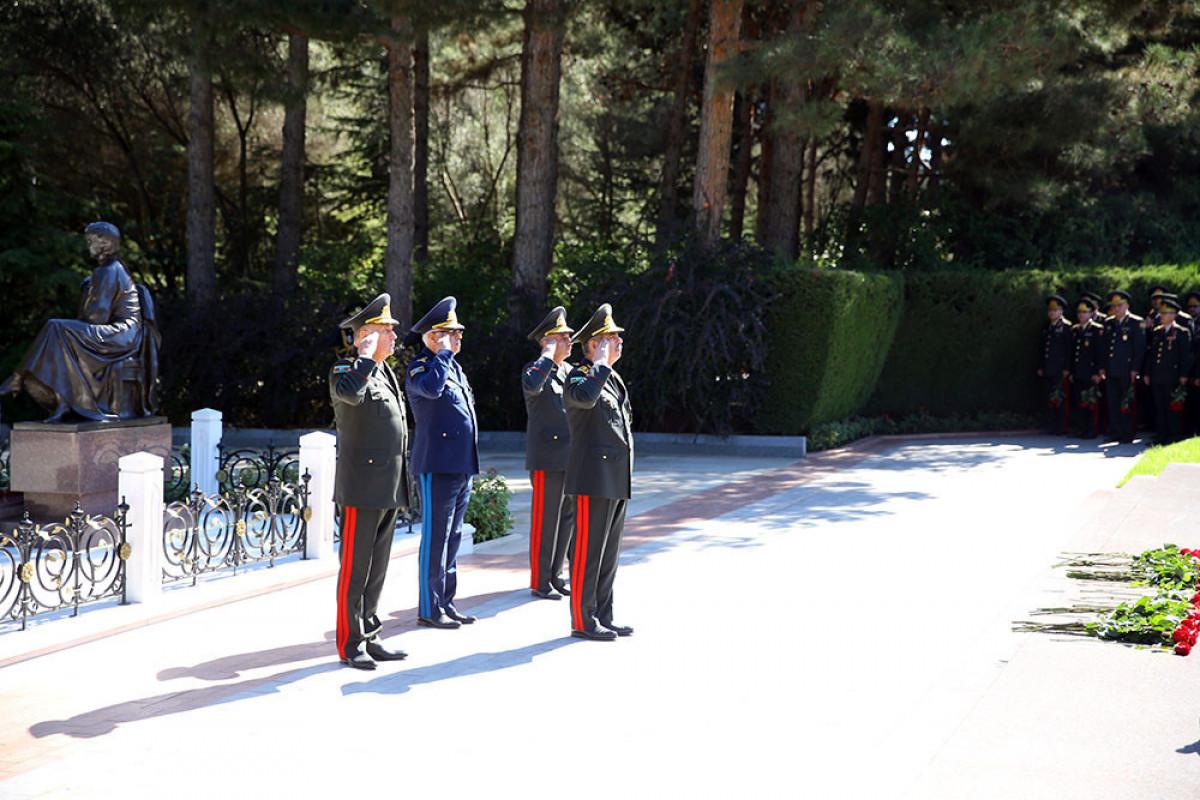 Закир Гасанов посетил Аллею почетного захоронения и Вторую Аллею шехидов