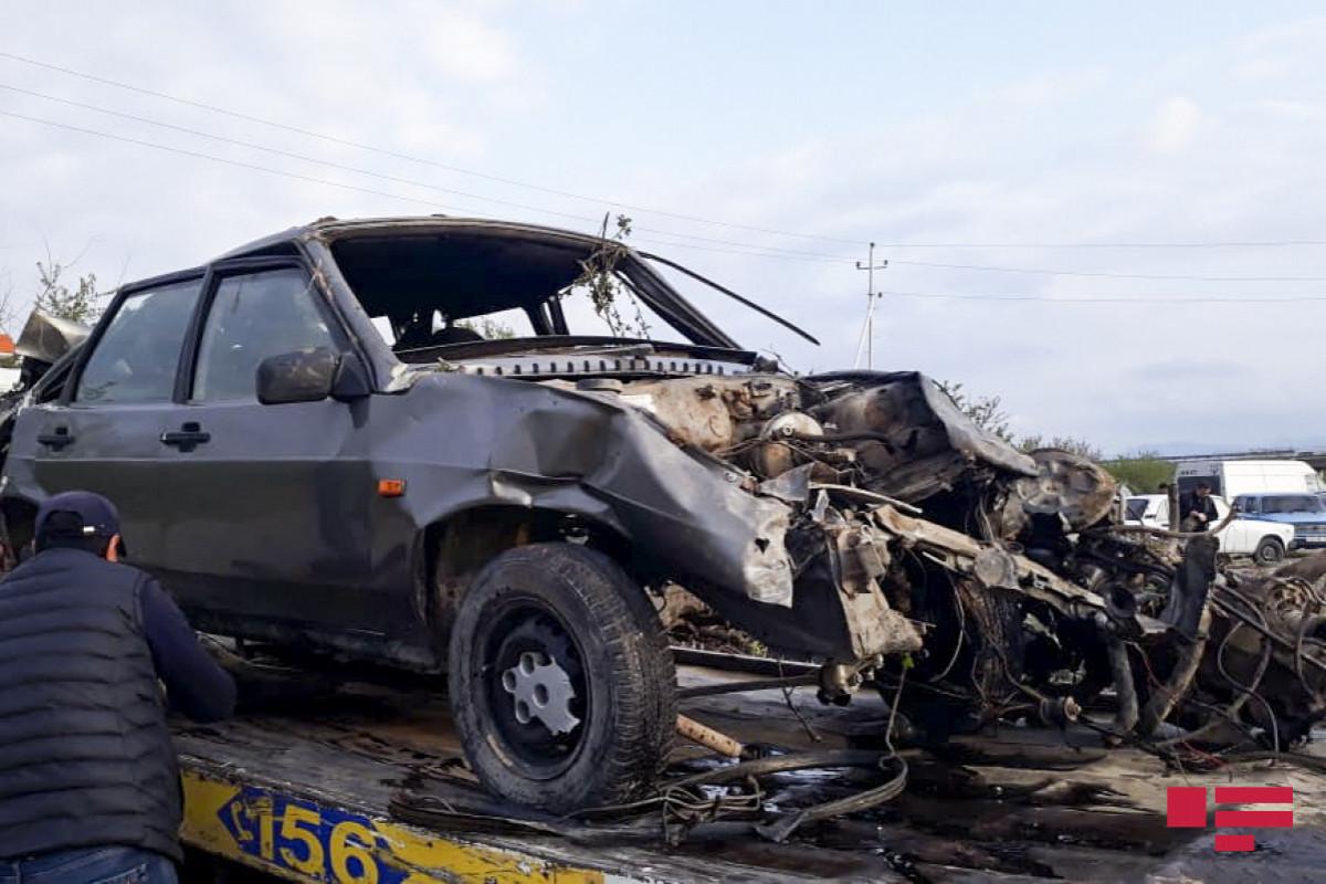 Yevlaxda minik avtomobili yük maşını ilə toqquşub, 2 nəfər xəsarət alıb