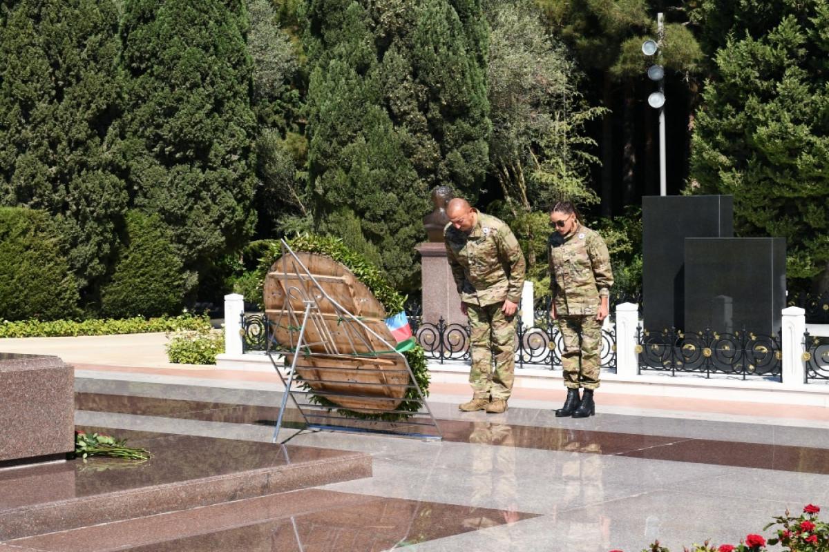President Ilham Aliyev and First Lady Mehriban Aliyeva visited grave of national leader Heydar Aliyev at Alley of Honors