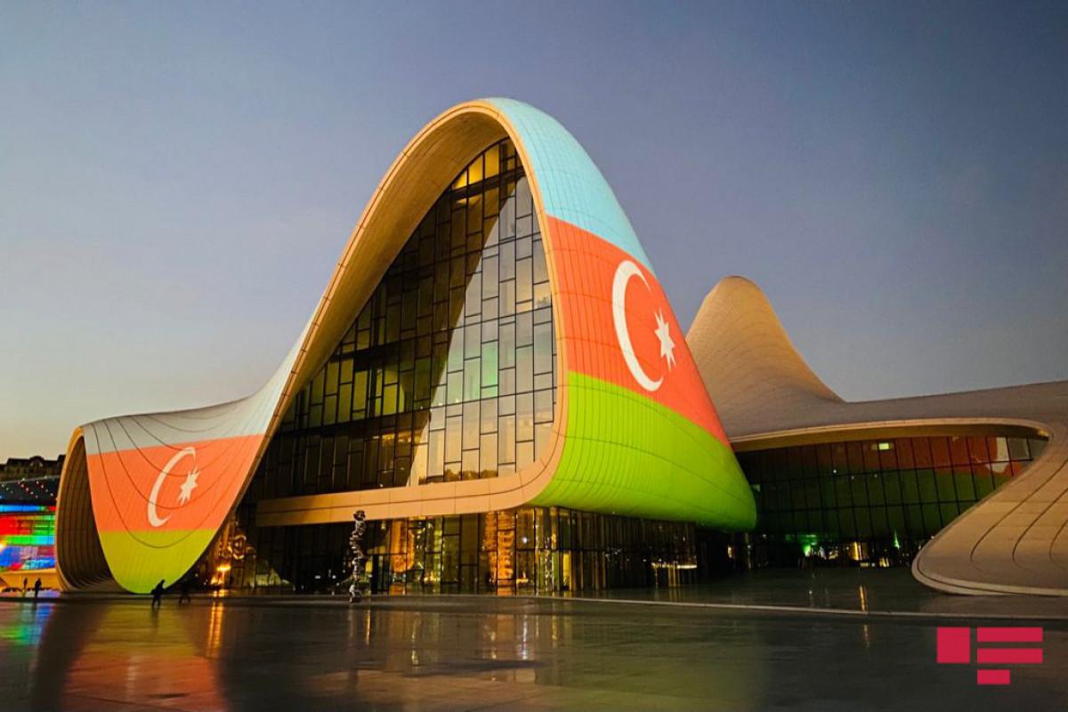 """Heydər Əliyev Mərkəzi və """"Alov qüllələri"""" üzərində Azərbaycan bayrağı proyeksiya olunub - <span class=""""red_color"""">FOTO - <span class=""""red_color"""">VİDEO"""