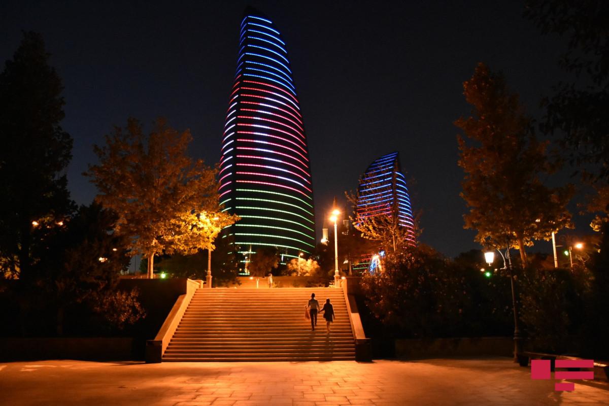 """Heydər Əliyev Mərkəzi və """"Alov qüllələri"""" üzərində Azərbaycan bayrağı proyeksiya olunub - FOTO  - VİDEO"""