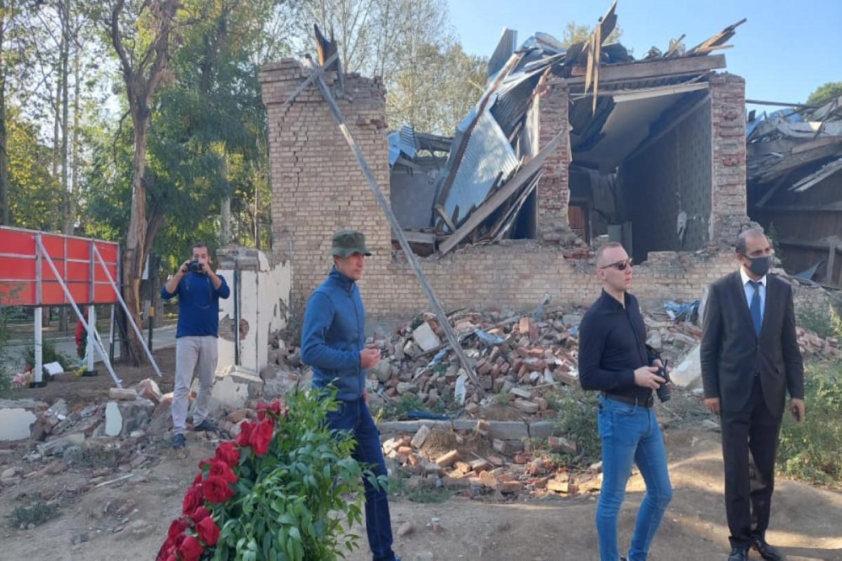 Украинские журналисты посетили в Гяндже места, подвергшиеся ракетным обстрелам со стороны Армении-ФОТО