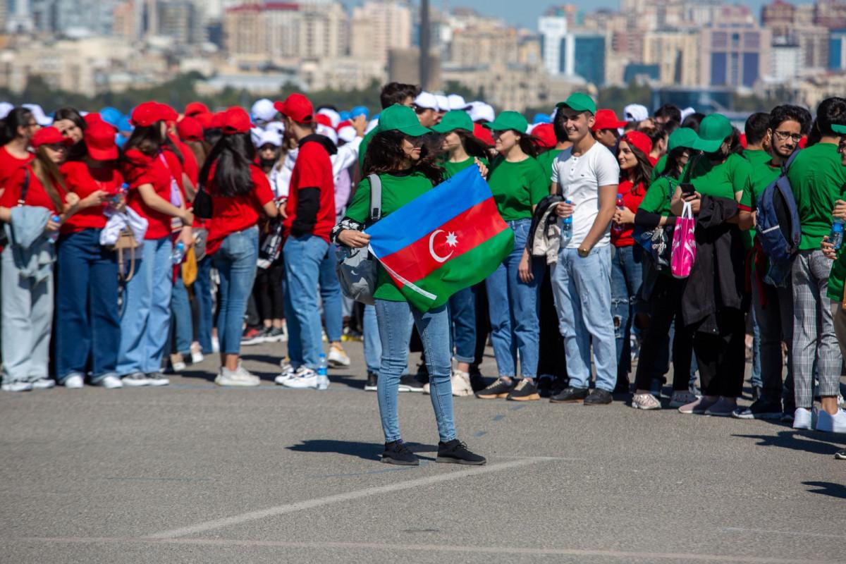"""Könüllülərin iştirakı ilə """"Vətən var olsun!"""" fləşmobu keçirilib - <span class=""""red_color"""">VİDEO"""