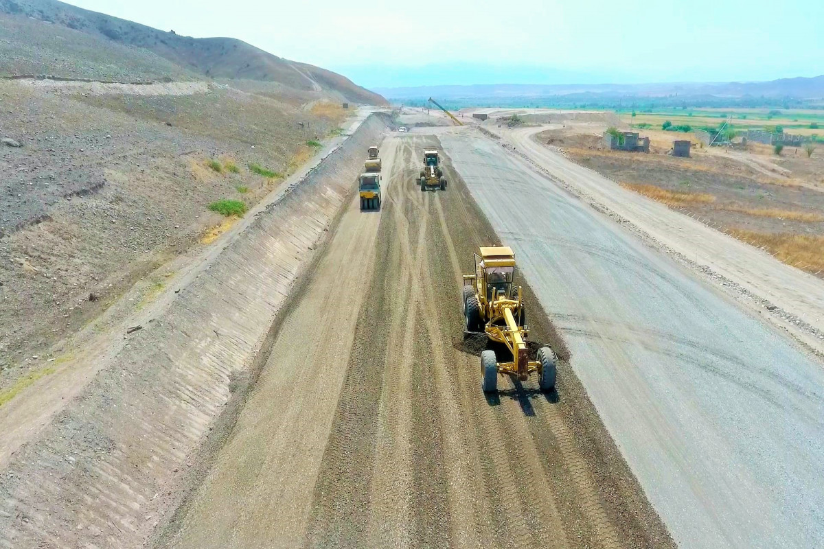 """Xudafərin-Qubadlı-Laçın və Xanlıq-Qubadlı avtomobil yollarının inşası sürətlə davam etdirilir - <span class=""""red_color"""">FOTO"""