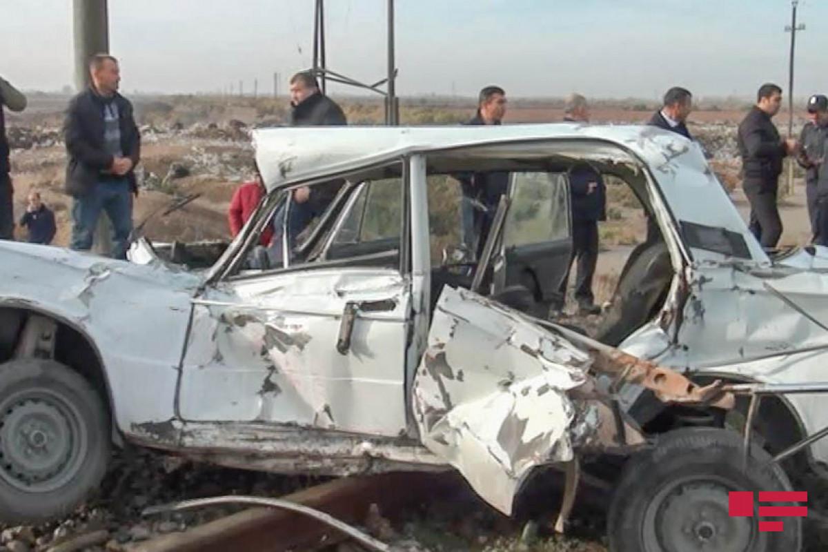 В Гяндже вагон врезался в автомобиль, есть пострадавший