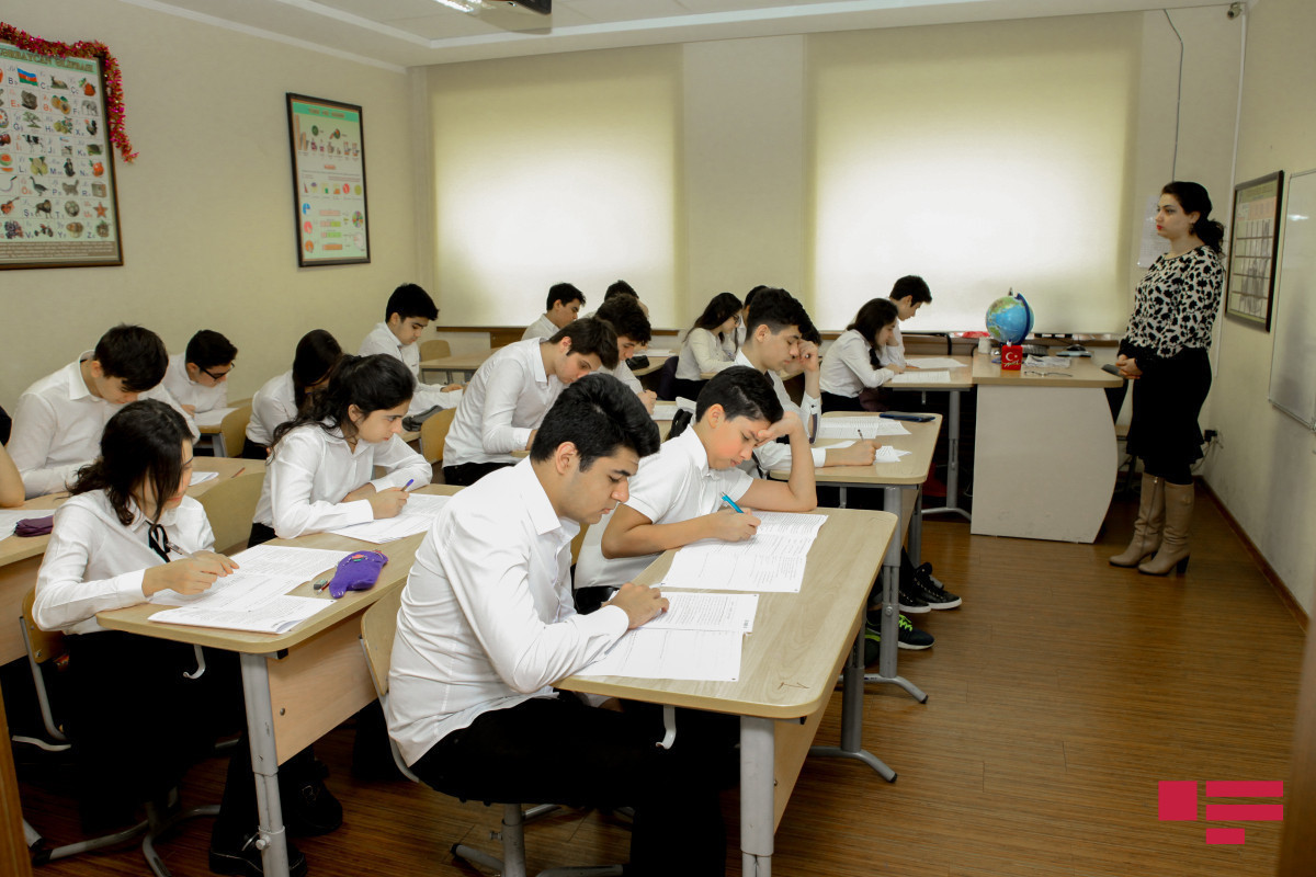 С сегодняшнего дня в V-XI классах и высших учебных заведениях свозобновляется традиционное обучение
